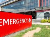 Un petit garçon présentant les symptômes d'une pneumonie a été emmené en ambulances aux urgences et a dû attendre plusieurs heures allongé sur un manteau, par terre dansle couloir avant d'être examiné