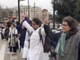 une centaine de personnes se sont rassemblés, dimanche 2 février pour former une chaîne humaine autour de l'hôpital Robert Debré, à Paris.