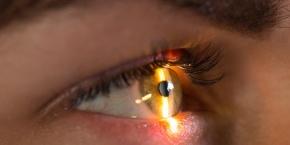 La couleur des yeux provient de la quantité de pigments (mélanine) présents sur l'iris et du reflet de la lumière sur ces derniers