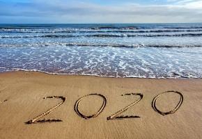 Plage avec 2020 tracé dans le sable
