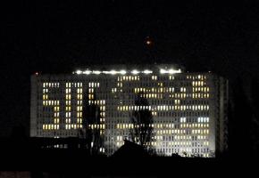 Le personnel soignant et les médecins du CHU de Caen ont voulu dénoncer leurs conditions de travail et leur détresse en affichant un SOS lumineux grâce aux lumières des chambres de l'établissement