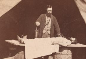 Légende de la photo d'illustratio :Dr. Richard Burr, chirurgien embaumeur. Crédit : Leg deHerbert Mitchell, 2008, Metropolitan Museum.
