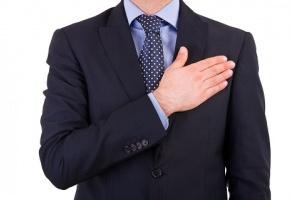 Politicien la main sur le coeur