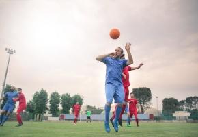 L'Ecosse demande à ses clubs de football de limiter les têtes chez les enfants de moins de 11 ans car le risque de maladies neurodégénératives serait accru, selon une étude médicale